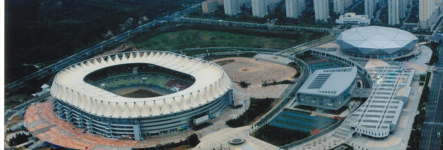 青岛国信体育中心(原青岛颐中体育中心)坐落在浮山东北山麓,西北靠浮山后居民小区,东连海尔路,是青岛市新建的一处大型综合性体育场所。体育运动中心占地面积5.9万平方米。1996年2月,体育中心项目在青岛崂山区正式奠基。同年10月,主体工程封顶。1997年9月建设项目转让青岛颐中烟草集团。经过3年半的建设,于1999年8月竣工使用,共耗资2.56亿元人民币。 颐中体育场占地18万平方米,可容纳6万名观众。体育场上方建有蒙膜张拉结构的巨型罩棚,覆盖场内全部观众席位。该结构是目前国际上一种新型结构体系,是新型建筑
