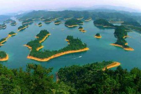 <杭州-千岛湖1日游>千岛湖穿越,乘游艇穿越千岛湖,登安龙漫森林公园,纵览天屿观群岛,主城区上门接