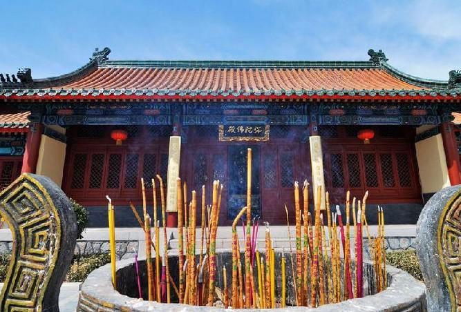 灵珠山菩提寺原名白云寺,位于青岛市黄岛区小珠山国家森林公园