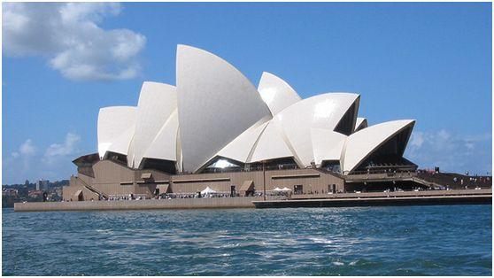 悉尼歌剧院 Iain Croll摄 地址:悉尼市中心 电话:61-2-92507250 到达交通: 1)公交: 乘坐公交333、399、555、890、L94、X94路在(Circular Quay Stand E)站下,步行约8分钟即可到达。 2)轮船: 距离悉尼歌剧院很近的码头是环形码头(Circular Quay),步行约10分钟即可到达歌剧院。码头共有六班轮船在这里停靠,分别是No.