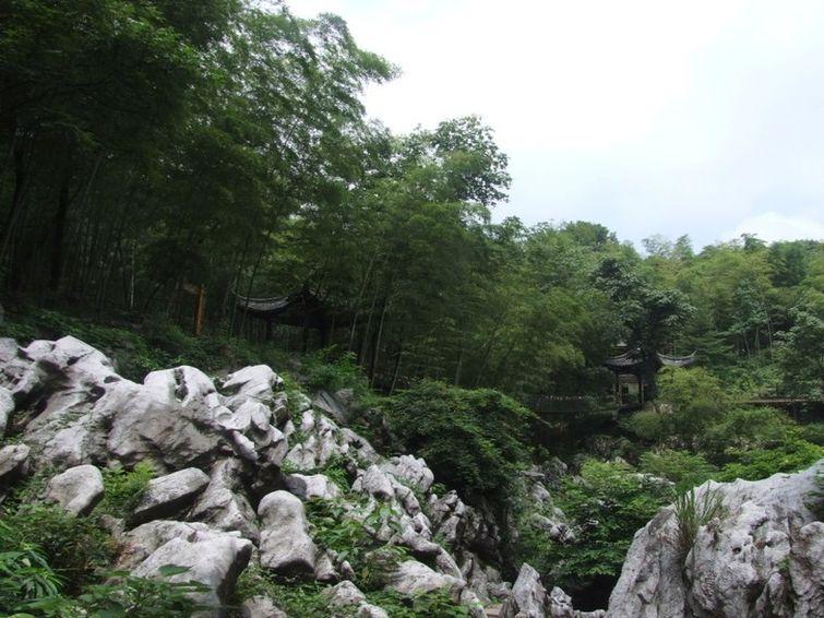 陶祖圣境风景区占地20万平方米,建筑风格尽显古汉韵味,整个景区以