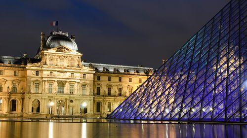 巴黎是欧洲最大的城市,是个充满盅惑色彩和耀眼光泽的城市,是时尚流行