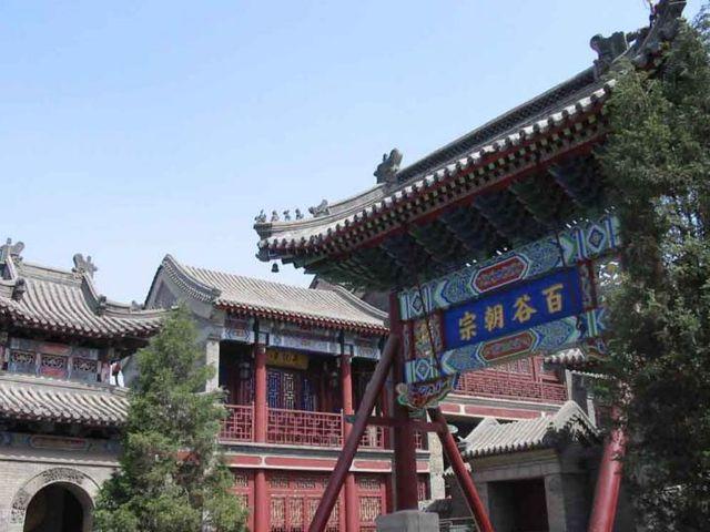 前接卷棚顶抱厦,后连悬山顶凤尾殿,属明代中晚期木结构建筑风格.