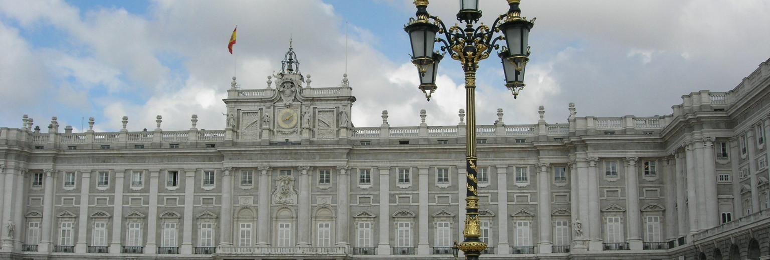 马德里皇宫(Palacio Real de Madrid)是仅次于凡尔赛宫和维也纳皇宫的欧洲第三大皇宫。它建于1738年,历时26年才完工。是世界上保存较完整且精美的宫殿之一。皇宫外观呈正方形结构,类似法国的卢浮宫,内部装潢则是意大利风格,富丽堂皇。宫内藏有无数的金银器皿和绘画、瓷器、壁毯及其他皇室用品。现在,该皇宫已被辟为博物院,供游人参观。皇宫的对面是西班牙广场,中央矗立着《堂吉诃德》的作者塞万提斯的纪念碑,纪念碑旁还有堂吉诃德骑着马和仆人桑丘的塑像。地址: Calle Bailn交通: 乘公共汽