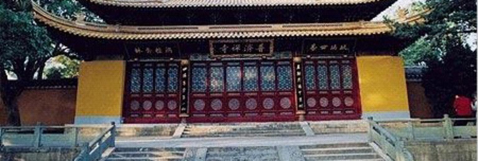 普济寺位于丽江古城以西的普济山麓,藏名舍培兰辛林,意为解脱修行院,坐落在丽江古城西6公里的普济山密林中,青峰叠翠,风景优美,是距古城较近的一座喇嘛寺。始建于清乾隆三十六年(公元1771年),嘉庆十一年(公元1806年)重修,道光十四年(公元1854年)拓建,民国二十六年(公元1937年),由普济寺掌寺大喇嘛圣露活佛重修殿宇,大殿覆以铜瓦。 普济寺位居名山胜地,风景优美,殿阁宏伟,尤以铜瓦殿闻名遐迩;寺内的两棵海棠(樱花)古树,被誉为云南樱花之冠。其主体建筑为二进院落,座南朝北,由山门、护法堂、配