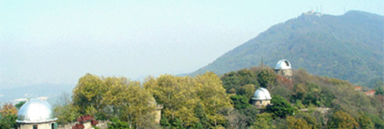 """建成于1934年9月的紫金山天文台是我国自己建立的首个现代天文学研究机构,前身是 成立于1928年2月的国立中央研究院天文研究所。她坐落于南京市东郊风景如画的紫金山第三峰上,至今已有68年的历史。紫金山天文台的建成标志着我国现代天文学研究的开始。中国现代天文学的许多分支学 科和天文台站大多从这里诞生、组建和拓展。由于她在中国天文事业建立与发展中作出的特殊贡献,被誉为""""中国现代天文学的摇篮""""。 紫金山天文台是国务院学位委员会授权的""""天文学""""一级学科和""""天体物理"""",""""天体测量和天体力学""""两个二"""