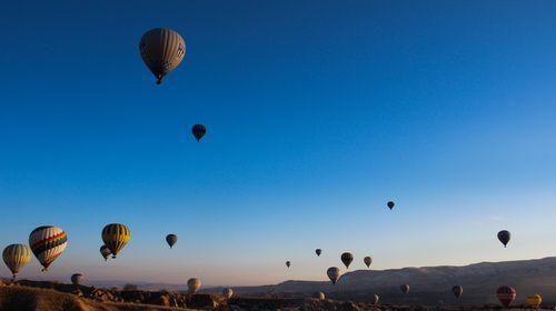 土耳其的热气球之旅在卡帕多奇亚的山谷上飞翔,尤其是清晨升空的热