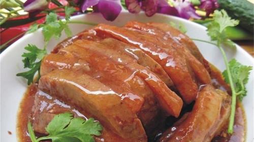 荔浦芋扣肉采用正宗桂林荔浦芋,带皮五花肉,桂林腐乳和各式佐料制作图片