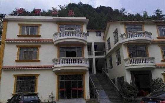 山莊位于龍門惠州龍門南昆山鎮中坪村,近仙霞瀑布入口處,周邊高山流瀑