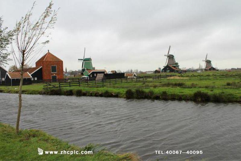荷兰风车村-风车的故乡  想起荷兰就会不自觉地想到荷兰的风车。一座座的风车房屋就在我们的脑海里烙下了荷印象。其实荷兰的风车不单单是美丽的装饰,在很久以前没有煤和石油这些能源的年代,风车在荷兰是制造动力的自然能源。一直到后来发现了新的能源替代了风车的自然能源,风车才被大家放弃使用。现在荷兰很多的地方已经不再使用风车,大部分的风车都被拆除,只有很少地方的风车被保留下来。荷兰的风车村是荷兰风车的故乡,让我们一起探访一下荷兰风车村,欣赏风车美丽的故乡。  荷兰印象  荷兰的风车村是位于荷兰北部北荷兰省,桑斯安