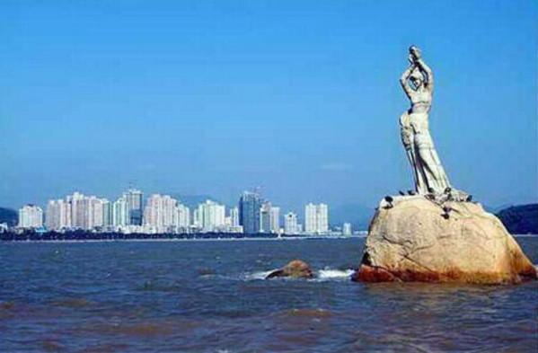 珠海是珠江三角洲的一个重要城市,经济非常的发达,当然珠海的景色也十分的迷人,珠海是珠三角中海洋面积*、岛屿*多、海岸线*长的城市,有着百岛之市的美誉。珠海整个城市是一体的,是全国唯一一个一城市整体的环境分布列入全国旅游胜地四十佳的城市,整个城市风光旖旎,依山傍水,非常的宜居。珠?;故枪倚掳洳嫉睦寺?、幸福之城。珠海的历史沿革可追溯到四五千年前,春秋战国时期,珠海属于百越之地。珠海是典型的亚热带海洋性气候,四季温和湿润,冬天不冷,夏天不热。3-4月份、10-12月份是去珠海旅游的*时节,因为5