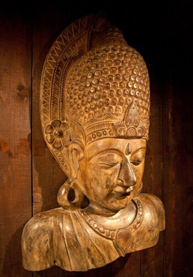 据介绍,巴厘岛约有5千多个家庭作坊从事木雕,蜡染,绘画等传统手工艺品