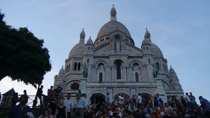 她是一座融合了伊斯兰建筑风格的信徒朝圣之地.教堂的侧面还修建了
