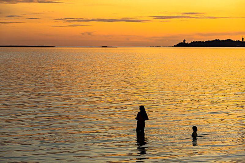 上蜈支洲岛可以乘坐中国最大的气垫船上岛.