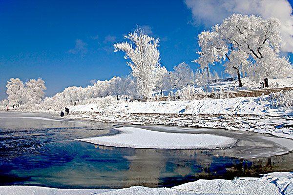 很多人喜欢东北,因为那里在不少游客的心里都是一个雪域之地,有洁白的雪花,这里独特的地势使得当地的旅游资源丰富,尤其是雪国的旅游资源,有不少游客喜欢到这里享受*的雪域特色,在这里游玩,似乎也是一种享受,有很多人都想要来这里感受一下不同的东北雪乡风采,东北雪乡在哪里,自然是在中国的*北边,也就是位于哈尔滨境内的牡丹江境地,如果你喜欢的话,也可以到这里来感受一下,是不错的游玩之地,值得旅行。  雪乡的风采 这里的夜晚是特别热闹的,路边拥有很多雪,不过因为时间较长的原因,所以这里的雪已经成为雪堆了,你可以欣赏*著