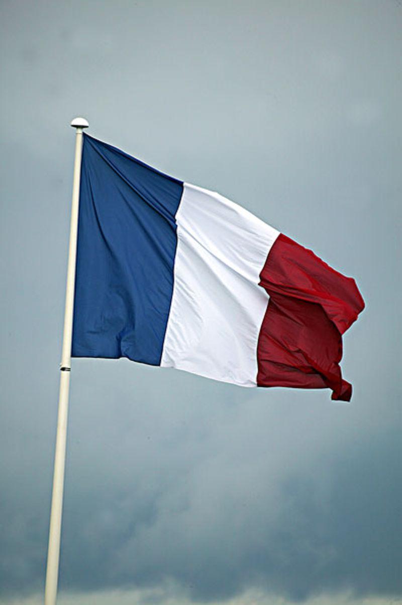 法国相信大家都是比较的熟悉的,那么大家对于法国的国旗是不是也是很熟悉的呢,那么接下来我们就一起来看看法国国旗图片的基本的内容,一起来简单的了解一下法国国旗的构成元素和涵义吧。相信大家通过我的介绍就可以知道到底法国的那蓝白红的国旗到底是什么涵义的。法国的国旗是一面蓝白红色的国旗的,从左至右分别就是蓝、白、红色。