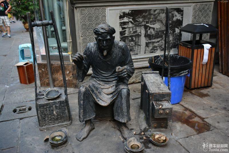 重庆p220---p224:洪崖洞各式各样的雕塑,吊脚楼,还替玩耍,吃火锅