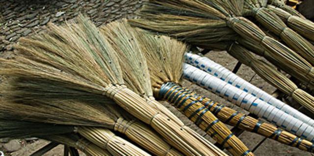 槺榔扫帚是以晒干的槺榔树叶制作的扫帚.