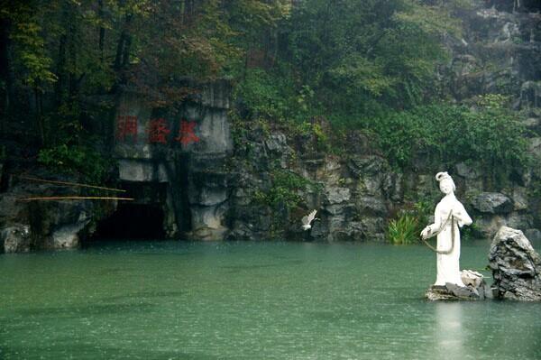陶祖圣境风景区地处宜兴市湖父镇,以慕蠡洞为主体,与竹海,西施洞,磐
