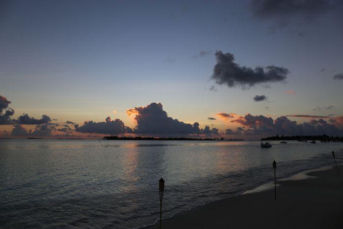 3月,琐事缠身,职业带来的繁重压力让人无法喘息。对于一个小资工薪阶层家庭来说,旅行的奢望变得越发强烈。继而小宇宙大爆发,来了一趟逃离式的说走就走的旅行。 在这之前,考虑过很多岛屿。三亚,鼓浪屿,西沙,塞班。最终还是抵不住马尔代夫的诱惑。在阿雅达和第六感拉姆之间抉择不定。舍不得阿雅达的无边泳池,又不愿放弃拉姆古朴的建筑风格。最终,途牛的自由行把我渴望远离尘嚣的心推向了第六感拉姆。 首先,说一下准备工作:准备表单如下,以途牛表格为蓝本改写。更适合去第六感度假的亲们。 证件/贵重物品 衣物 物品名 物品名 护