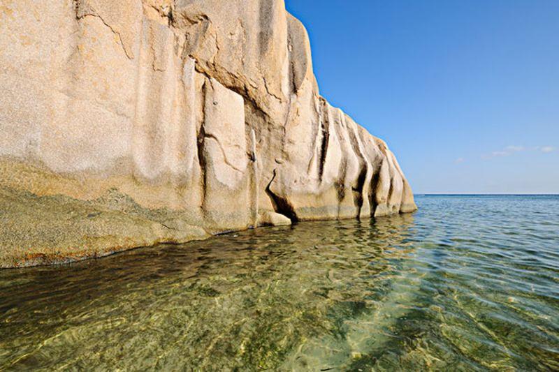 塞舌尔是非洲东部印度洋上的一个群岛国家,迷人的海滩,绚丽的热带风景是塞舌尔当地旅游的看点。在塞舌尔,呼吸空气中清新的花香,怀抱巨大的海椰子,看着眼前的大海,奢侈的享受旅途中的美妙。    塞舌尔当地旅游之拉迪格岛。拉迪格岛是塞舌尔著名的旅游海岛,岛内旅游业收入占经济收入的一大部分,旅游业带动的椰子和香草等资源的开放也是当地的收入来源。拉迪格岛风景自然美丽,没有过多的人工雕饰,一切都美的干净纯粹,优雅的海滩,迷人的景色,珍稀的物种等等都是大自然赋予这座小岛的魅力。岛上的椰肉制品和香料制品是当地的特产