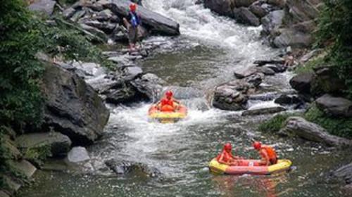 天河冲浪位于世界地质公园南召宝天曼内,以天然溪流为基础,经专业设计