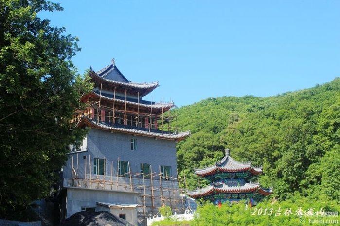 朱雀山菩提寺,座落于闻名遐迩的松花江上游岸边,朱雀山森林公园内.图片