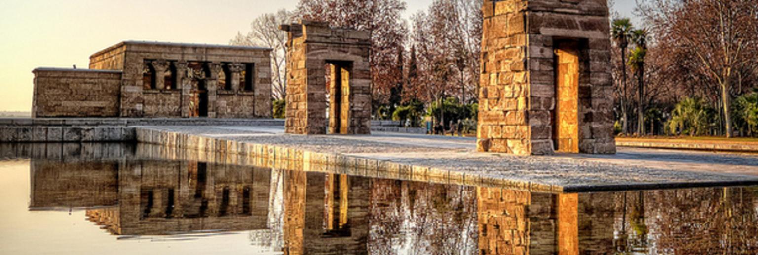 造型壮丽华美的德波神殿座落于马德里市中心的河畔公园Montana,画卷般的地段是马德里一道亮丽的风景线。神殿本属于埃及,但因埃及修建阿斯旺水坝导致神殿所在的纳赛尔湖湖水上涨,当地又缺乏对神殿维护的条件,联合国教科文组织便发出了拯救濒危文物的号召。埃及政府为了感谢西班牙政府在拯救行动中的突出贡献,在1968年把德波神殿捐赠给了西班牙。 这座神殿的历史可以追溯到公元前4世纪,现在是埃及境外保存完整的少数埃及建筑之一,也是西班牙现存的唯一一座具有埃及特色的建筑,现在的神殿周围遍布美仑美奂的人文景观,深受国内外游