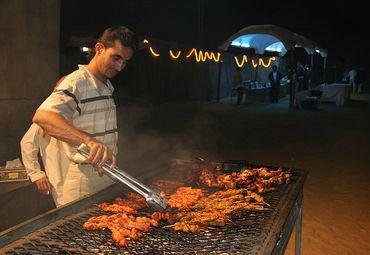 其使用的材料有很多,比如牛羊鸡都可以作为烧烤的材料.