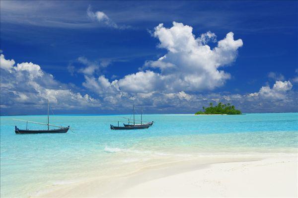 阿雅达岛是属于马尔代夫一个环礁性的岛屿,这里拥有十五公顷的面积,而且全部都是生长着一些自然性的植被区域,这里每年都会有很多游客到境内度假,来感受它的独特风情,你可以感受到很多马尔代夫的现代化气息,领略它独特的风采,从飞机上下来,这里是一个值得你去游玩的地方,而且享受奢华的旅程,有很多度假的样子就出现在你的眼前,你可以享受游泳的快乐,还可以到游泳池上旅行,感受它的特色,静静的欣赏着眼前美丽的风景,这里就像是宝石一样,闪烁着它的光芒,为你提供一段特色性的旅程。哈库拉岛是属于*丽的岛屿,也是一个被珊瑚礁围绕的