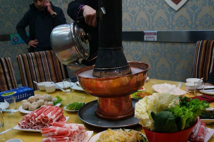 晚上朋友请吃哈尔滨火锅,我的最爱,纯铜火锅,北方的妹子喝酒跟喝水一