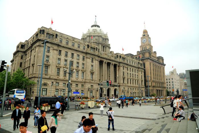 上海外滩古老的万国建筑保存完好,俨然一条万国古建筑博物馆,吸引着大