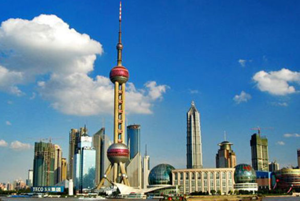 购物:上海被称为魔都,是中国最大的国际化大都市,购物广场很多,品牌林立,到上海购物也是旅游的规划之一。徐家汇、南京路步行街、人民广场、淮海中路特色街、长乐路、陕西南路、七浦路、田子坊等,满足游客的各色购物需求。 美食:要去吃美食,就要去上海的这些地方:城隍庙、七宝老街、云南南路、黄河路、乍浦路等;生煎、草头圈子、南翔小笼包、虾子大乌参、蟹壳黄、红烧鮰鱼、响油鳝糊等都是上海的着名要吃。 交通:上海的交通网络很发达,上海虹桥机场、浦东国际机场直通海内外和全国各地;两个长途客运站和两个客运港口,方便出行;上