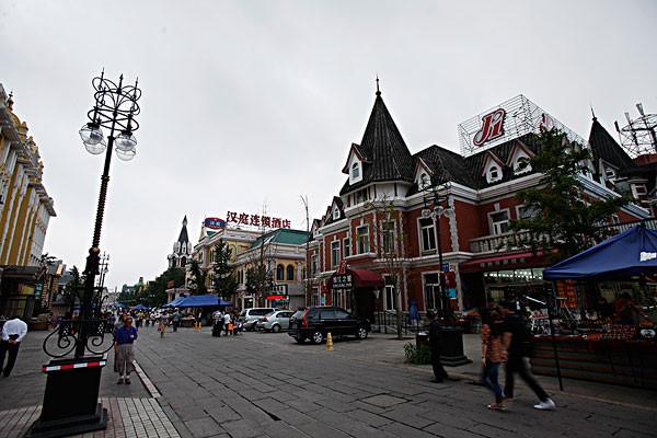 这里每条大街上都坐落着欧式建筑,这些建筑拥有色彩斑斓的坡式屋顶
