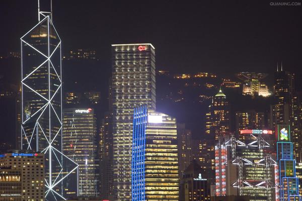 想要看看香港的景色,您可以到维多利亚港口看一看呢,这个港口是您欣赏香港的好视角。香港不仅有着好看的楼房,这里的古老的街道和古老的城区也是颇受欢迎的,透过那些老城区,您会发现香港的味道呢!香港的小吃太多了,种类繁多,这里汇集了来自东方和西方的众多小吃品种。看过泰国港剧的人对于香港的街道应该都太熟悉不过了,今天我们就看看这些街道有什么好玩的吧!尖沙咀是香港的一个十分热闹的地方。这里属于九龙的油尖旺地区。在这里您可以尽情的购物,这里有各式各样的物品,您可以按照您的需求挑选。当然,在这里购物的一个很大的特点就是