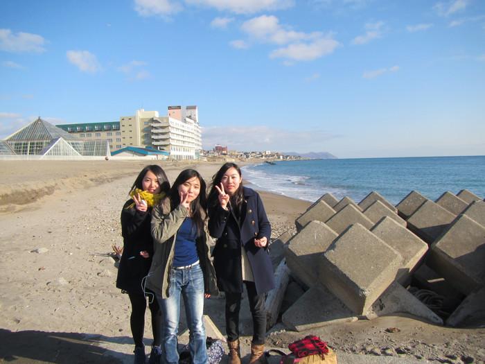 去海边欣赏海景,巧,有三位日本本地的小姑娘在,顺便问一下,函馆本地