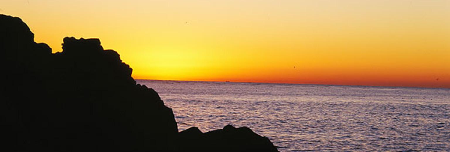 龙回头是一个很不错的观海地方,视野开阔,神清气爽,路边有个小停车场面积不大,从山道下去,下面还有一个停车场,能够满足停车的需求。龙回头位于辽宁省葫芦岛市龙湾海滨以南2公里处,俯瞰龙湾海滨,依山傍海,这里风光秀美,风光旖旎,是葫芦岛的重要旅游景点之一。 龙回头景观台依山临海,松涛起伏,这里高于海平面近百米,陡峭的悬崖下是浩瀚的大海,眼前是美丽的海岸线,举目远望,葫芦岛海滨浴场清晰可见,在这里能真正体会大海的广阔。