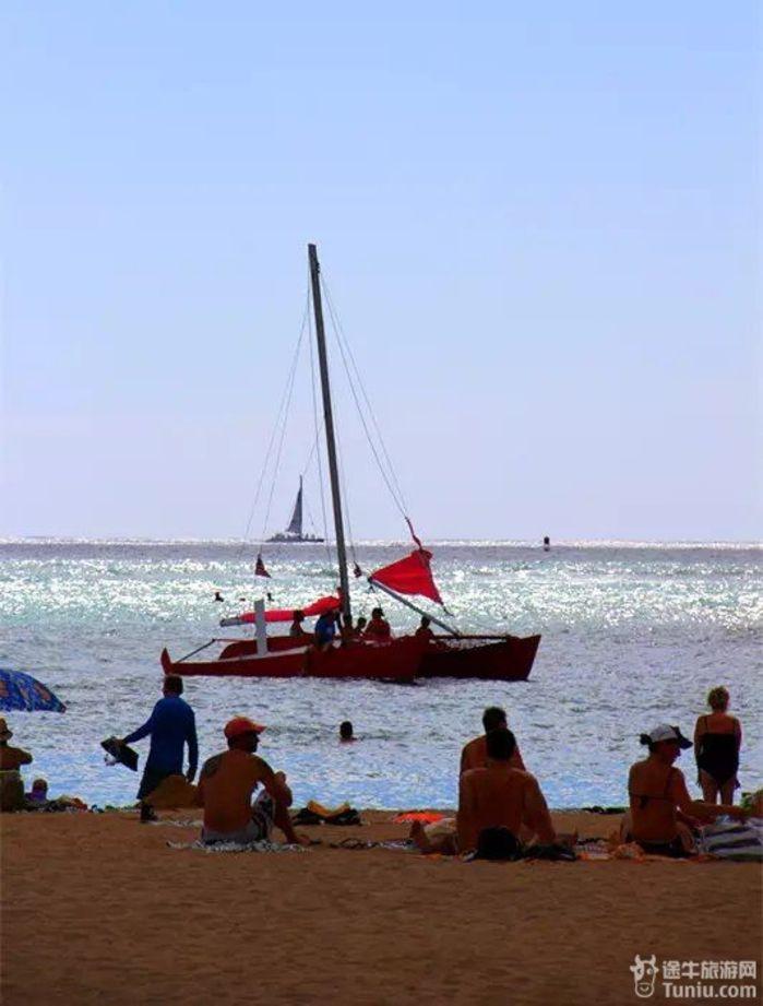 情迷夏威夷 浩瀚的太平洋中北部,浮着一串岛屿,恰似上帝洒落在人间的一串珍珠,这就是美丽的夏威夷群岛。 当我踏上夏威夷的瓦胡岛(Oahu)时,就对它深深地着迷了。这里有洋溢着现代文明气息的海岛城市檀香山(Honolulu), 又有充满自然野趣的海滩和丛林。所到之处绿郁葱葱,繁花似锦,鸟语花香,空气格外的清新。不同的民族,不同的习俗,不同的语言,所有的一切构成了浓郁的异国情调。 檀香山作为州首府位于瓦胡岛上。从前,该地盛产檀香木,华侨因而称之为檀香山。火奴鲁鲁,是它的英文名称,在夏威夷语中是避风港的意思。檀