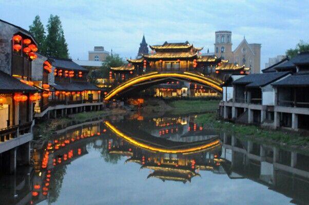 清明上河囹.'y��`���j_《清明上河图》再现区反映了北宋都市的繁华和宋朝建筑的特色.