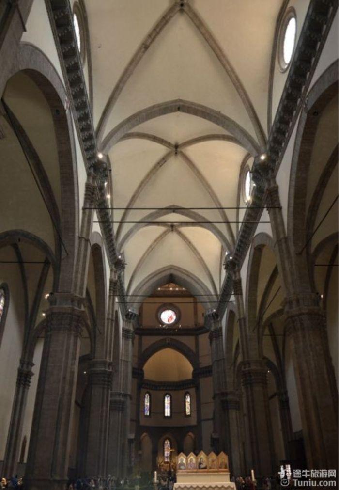 佛罗伦萨 离开罗马第二站开往佛罗伦萨,十五至十六世纪时佛罗伦萨是欧洲最著名的艺术中心,以美术工艺品和纺织品驰名全欧。欧洲文艺复兴的发祥地,举世闻名的旅游圣地。1865-1871年曾为意大利王国统一后的临时首都。工业以玻璃器皿、陶瓷、高级服装、皮革为主。金银加工、艺术复制品等工艺品亦很有名。