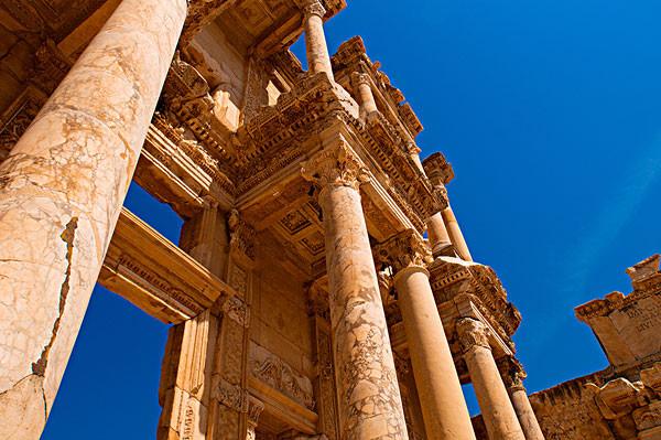 大约在公元十二世纪的时候,孔亚被当时的塞尔柱王朝选为首都,现在,塞尔柱王朝虽然已经不存在了,但孔亚却保留了它很多的文化历史,塞尔柱王朝建造的很多的建筑保留了下来,各种清真寺至今还存在于人们的视线之中。孔亚这座古老的城市位于土耳其的中部地区,它的气候特征符合土耳其中部气候的特征,夏天温度比较高,冬天的空气湿度比较大,比较潮湿,这样算来,到孔亚旅游的*时间就是每年的春季和秋季。作为土耳其的伊斯兰教的朝圣圣地、土耳其的宗教中心,孔亚保留了很多的清真寺,以及保存下来了很多就有宗教特色的活动、表演。每年的十二月份