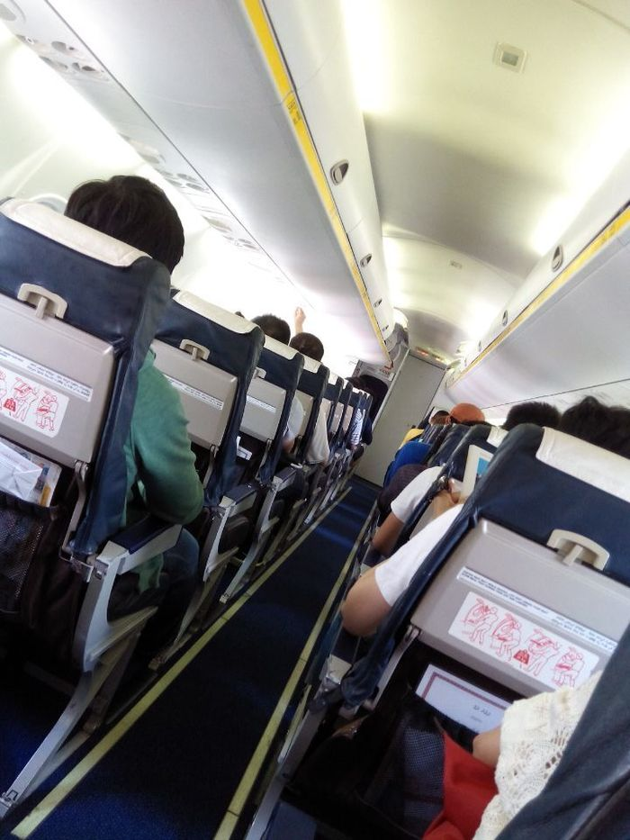 等到2点多,我们坐上内陆飞机去中转机场!在空中拍的海面上
