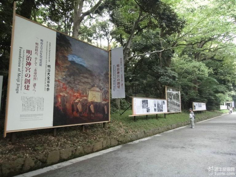 (景区内正举办历史图片展,沿路都是展板说明.