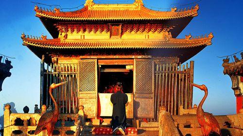 明代铜铸仿木结构宫殿式建筑,位于天柱峰顶端的石筑平台正中,面积约