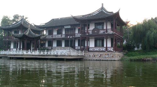 凤城河简介(图片仅供参考) 凤城河风景区位于江苏泰州,依凤城河修建