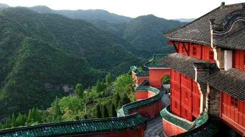 武当山特产有武当剑,道教法器,绿松石,道茶等,景区大门口和景区内商铺图片