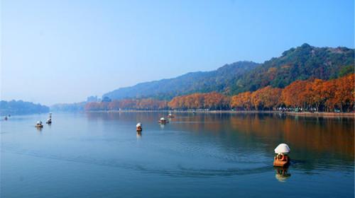 西湖是一首诗,一幅天然图画,一个美丽动人的故事,西湖的美景不仅春天