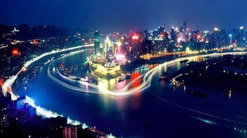 美丽的城市灯光和倒映在江水中的光影交相辉映,形成独特的重庆夜景,和