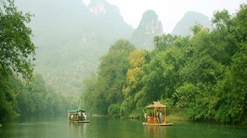 风景区四面环山,沿河两旁奇峰林立,绿树掩映,翠竹婆娑,乘竹排漂