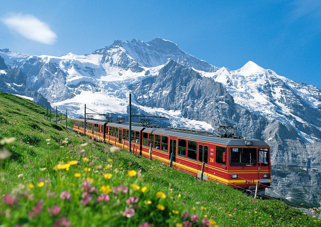 少女峰(Jungfrau)是瑞士的著名山峰,海拔4,158米(13,642英尺)。俯瞰劳特布伦嫩(Lauterbrunnen)谷地,位于因特拉肯(Interlaken)旅游地东南18公里(11哩)处。这座风景秀丽的山峰把伯恩州和瓦莱(Valais)州隔开,是伯恩阿尔卑斯山的一部分。风景名胜少女峰的美充满了活力和变幻。从山下到山顶,一山之内景观却截然不同。山顶白雪飘飞,雪雾弥空,一派冰雪世界的奇观。而山腰以下,却有着一眼望不到头的青草的翠绿,山花的明黄;和缓的山坡上牛群散布,牛铃声回荡山谷;山谷里村落安详恬